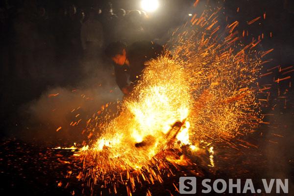 Người Pà Thẻn cho biết: bất cứ người dân Pà Thẻn nào cũng có thể nhảy vào lửa miễn là thầy mo đã cúng và nhập cho họ một sức mạnh nào đó.