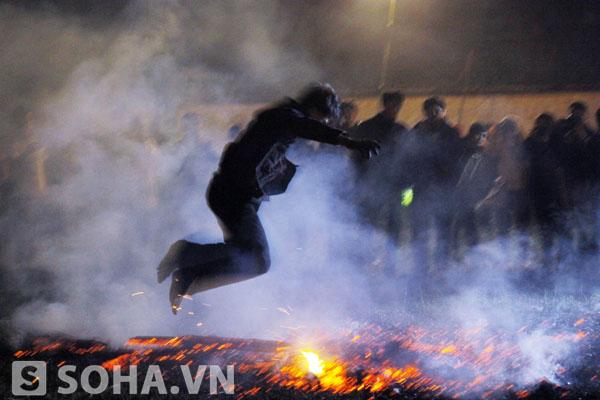 Cứ như thế liên tục, những thanh niên, trong tiếng gõ của thầy mo nhảy vào lửa và có người còn nằm hẳn trên đống lửa rồi mới nhảy ra ngoài.