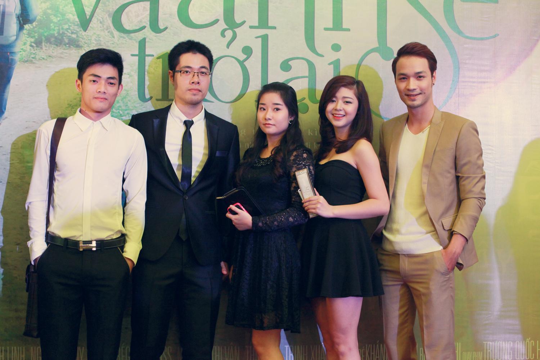 Ca sĩ Khải Anh (ngoài cùng bên phải) cùng các thí sinh đến chúc mừng đạo diễn trẻ Đinh Tuấn Vũ (vest đen).