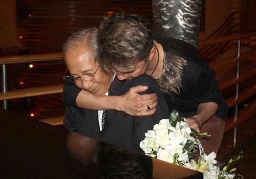 Cuối cùng, Đàm Vĩnh Hưng phải mang hoa đến xin lỗi Nguyễn Ánh 9 và sụt sùi nước mắt