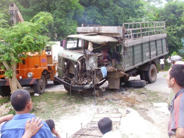 Chiếc xe tải cũng bị hư hại phần đầu