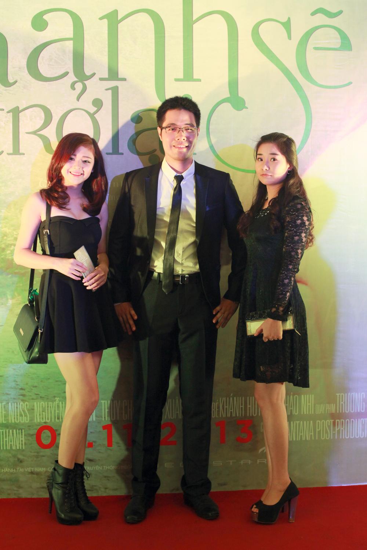 Kim Cương và Khánh Ngọc đầy hào hứng chờ đợi để thưởng thức bộ phim mới của giám khảo Đinh Tuấn Vũ.