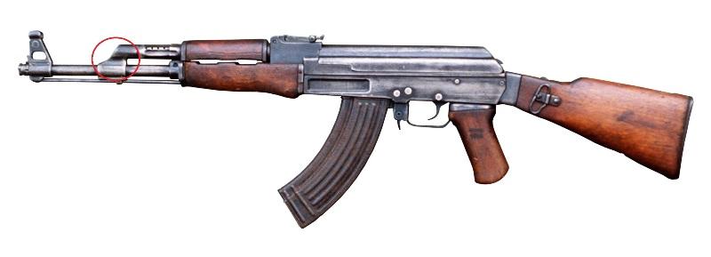 AK-47 với lỗ trích khí hướng lên trên (vùng khoanh đỏ) có tác dụng làm nòng súng nẩy lên trên khi bắn