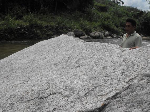 Anh Lò Phổng Tòng dẫn PV đến hòn đá hình chiếc thuyền dưới vách suốiNúi Đá Trắng