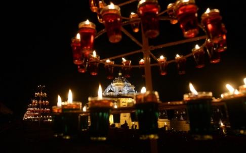 Ngôi đền  Akshardham ở Gandhinagar (Ấn Độ) được thắp sáng trong lễ hội Diwali.