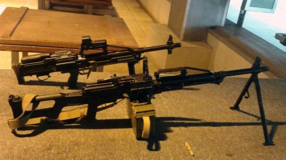 Hai phiên bản của súng máy Pecheneg.