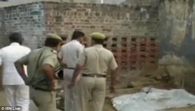Cảnh sát kiểm tra thi thể của Nidhi Barak đã bị hỏa thiêu cháy mất một phần.