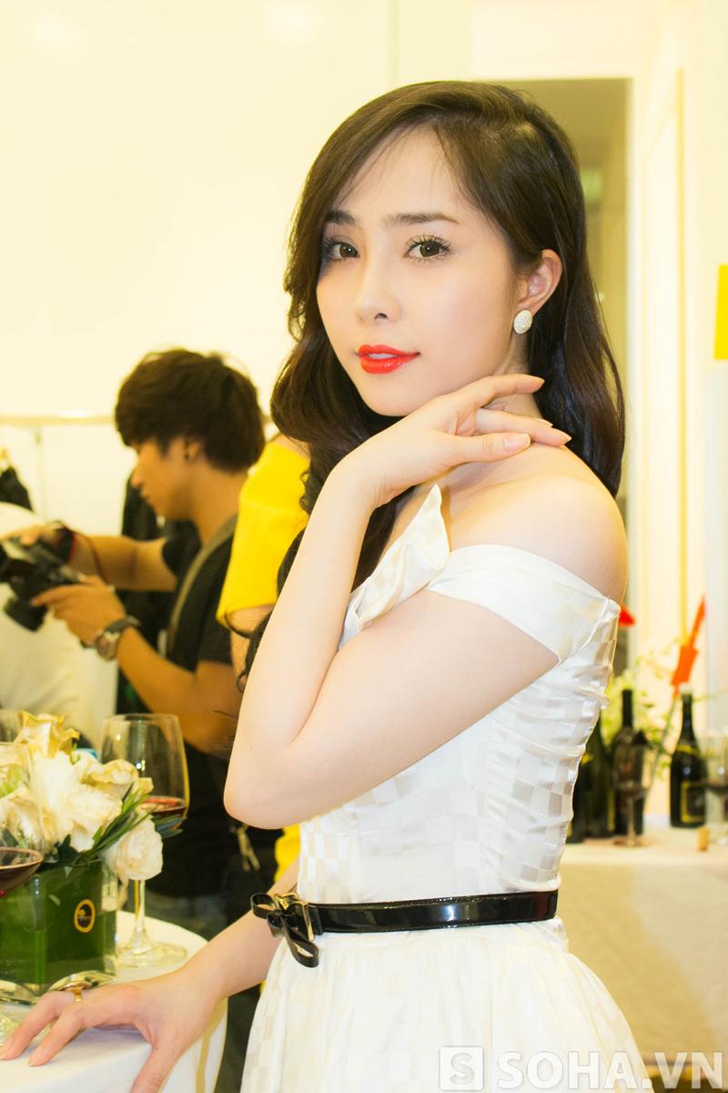 Mối quan hệ giữa Quỳnh Nga và Dzoãn Tuân đang được cư dân mạng rất quan tâm. Tuy nhiên, người đẹp kiên quyết từ chối chia sẻ trên báo chí.