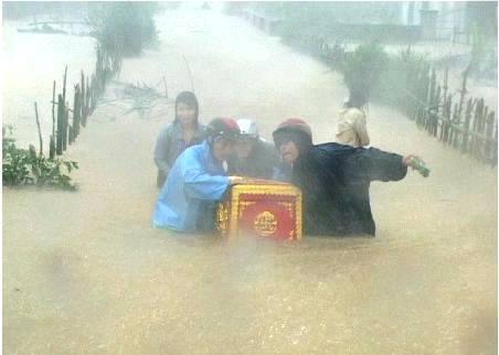 Hình ảnh người dân xóm làng di quan tài anh Sơn trong nước lũ.