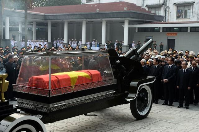Linh cữu Đại tướng được phủ Quốc kỳ, đặt trong quan tài kính và đưa lên Linh Xa