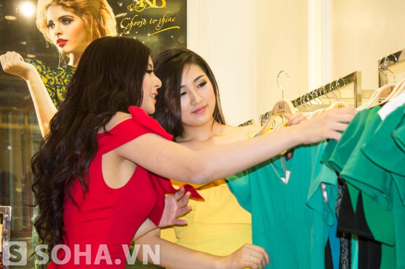 Nhà thiết kế Ngọc Hân giúp Tú Anh chọn trang phục phù hợp với cô.