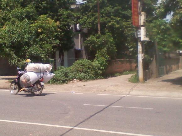 Anh quý bỏ xe máy giữa đường trước khi đi vào ngõ đến phòng vợ cũ để nổ mìn