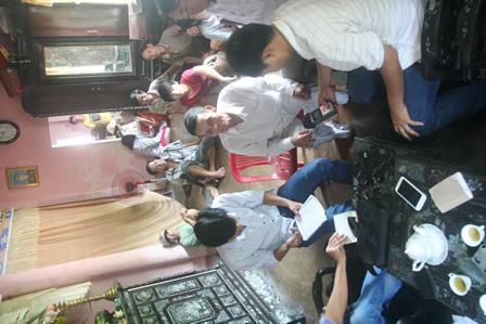 Người dân tại thôn Thủy Phú trình bày sự việc
