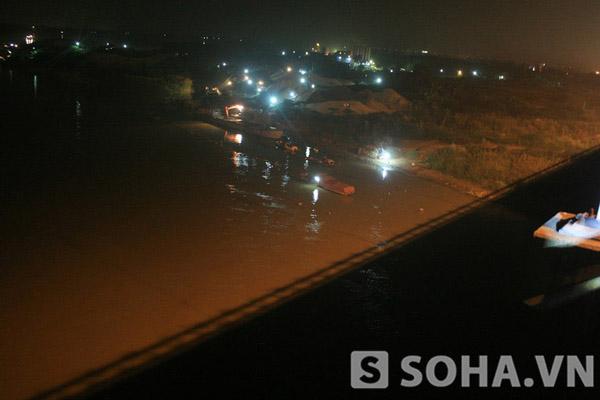 Cùng với ánh đèn trên cầu soi sáng, khu vực bờ cạnh cầu vẫn có một khu khai thác, bốc, vận chuyển cát cho các tàu, xà lan vẫn hoạt động đến sau 0 giờ đêm.