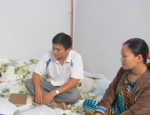 Anh Diệp và chị Lên bức xúc kể lại sự việc với phóng viên.