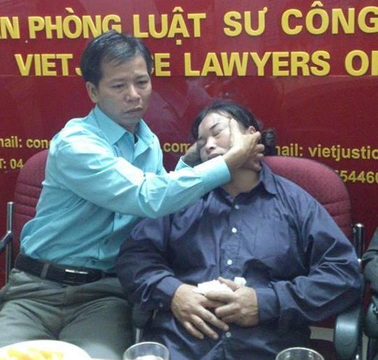 Tại văn phòng luật sư Công Lý Việt, mỗi lần nhắc lại sự việc đã qua bà Chiến lại bị xúc động mạnh