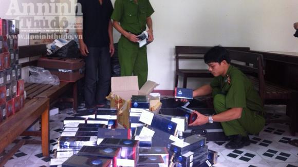 Gần 2.500 gói thuốc lá lậu giấu trong vali