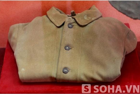 Chiếc áo khoác này là một chiến lợi phẩm thu được của địch, Đại tướng Võ Nguyên Giáp đã sử dụng và sai đó trao lại cho một đội viên đội Tuyên truyền Việt Nam giải phóng quân.
