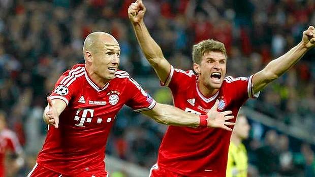 Arjen Robben (trái) đã cứu rỗi trận chung kết