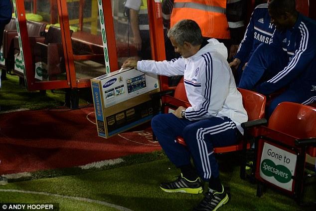 Nịnh học trò, Mourinho tặng hẳn 1 chiếc TV Samsung