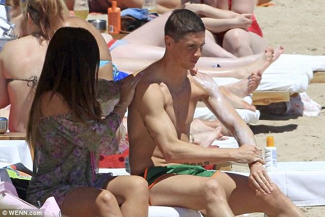 Vẻ mặt Torres có vẻ không được vui dù được vợ chăm sóc khá kỹ