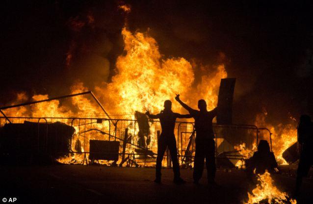 Bạo động hoành hành, Confederations Cup vẫn được tiếp diễn