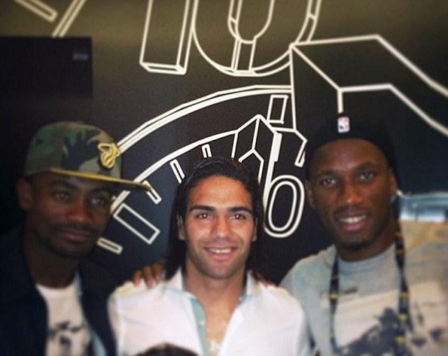 Salomon Kalou (trái), Falcao (giữa), Drogba (phải) cùng nhau chụp ảnh tại trận chung kết NBA
