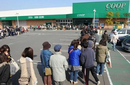Người dân Nhật xếp hàng nhận khẩu phần lương thực tại một siêu thị ở Ogawara, tỉnh Miyagi.