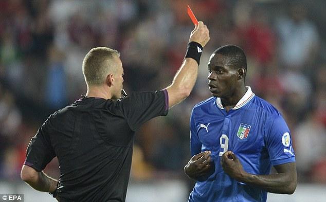Hai chiếc thẻ vàng đồng nghĩa với một chiếc thẻ đỏ cho Balotelli sau pha chơi xấu