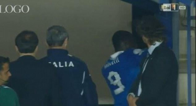 Balotelli đấm mạnh vào cửa trên đường rời sân