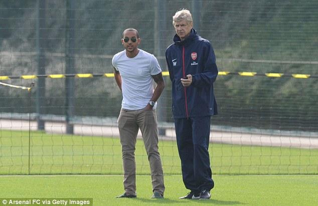 Theo Walcott chấn thương nhưng cũng có mặt trên sân để xem các đồng đội luyện tập