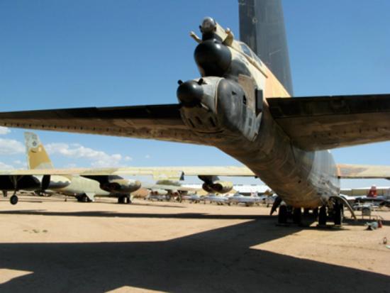 B-52 có lắp máy gây nhiễu ALR-18 hướng về phía đuôi để gây nhiễu radar của MiG-21