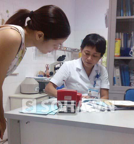 Bác sĩ Nguyễn Ngọc Trâm bác sĩ chuyên khoa 1, khoa sản của Trung tâm Y tế 178 Thái Hà (Đống Đa, Hà Nội) tư vấn cho bệnh nhân.