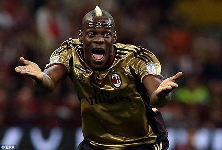 Balotelli bị lăng mạ chủng tộc trong trận AC Milan gặp AS Roma