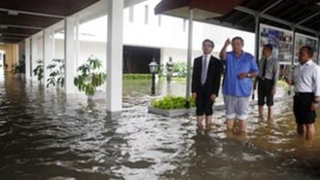 """Nước lũ """"nhấn chìm"""" thủ đô Jakarta, đe dọa dinh tổng thống"""