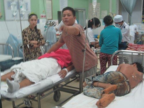 Sau khi vụ nổ súng xảy ra, các nạn nhân đã đươc đưa đi cấp cứu (Ảnh: Báo Người lao động online)