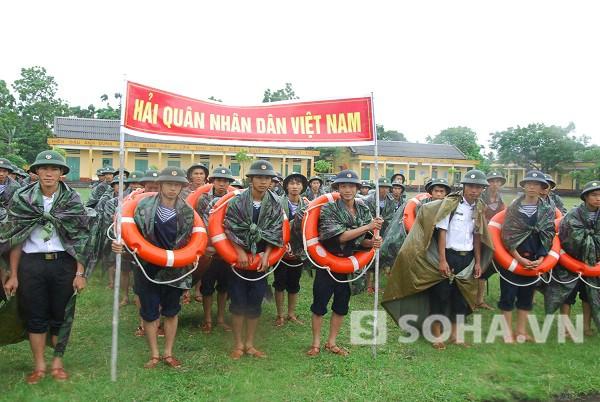 Cán bộ, chiến sĩ Tiểu đoàn 473 Lữ đoàn 147 chuẩn bị lên đường giúp dân gia cố đê ở xã Hòa An- Yên Hưng- Quảng Ninh. Ảnh: Trọng Thiết