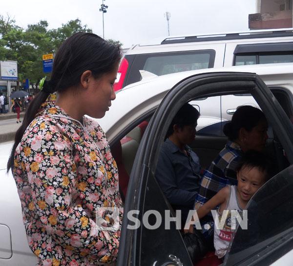 Chị Thanh cùng gia đình mang theo đứa con lớn đi xin lại cháu nhỏ 1 tuổi mà chị đã chót bỏ rơi.