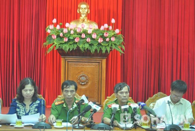 Thượng tá Phan Cao Thu (người ngồi thứ 2 từ trái qua) tại buổi họp giao ban (Ảnh: Tuấn Nam)