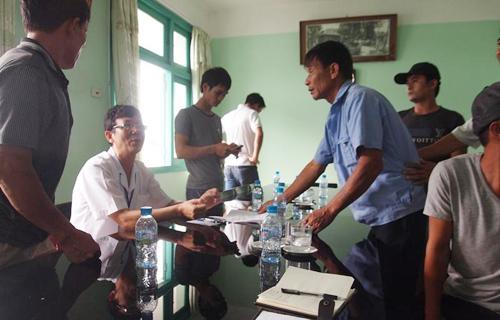 Người nhà cháu Nhi bức xúc vây quanh Phó giám đốc bệnh viện.