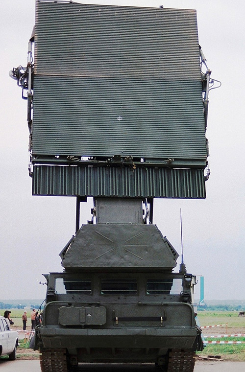 Trong ảnh là đài radar nhìn vòng mọi độ cao 9S15M có thể phát hiện 200 mục tiêu cùng lúc, tầm hoạt động 200km.