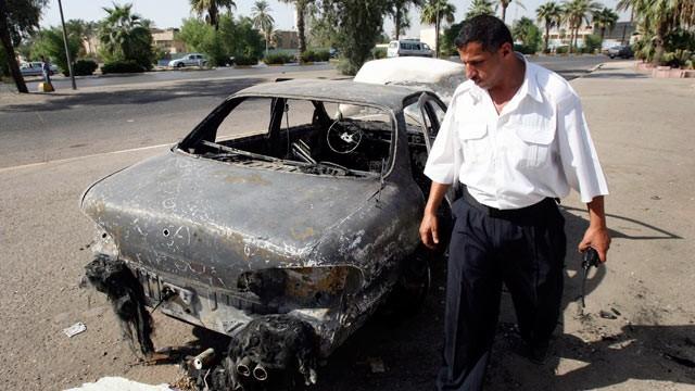 Một chiếc xe của thường dân Iraq bị người của Blackwater bắn cháy đen trên quảng trường Nisour