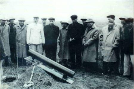 Bác Hồ kiểm tra pháo phản lực mang vác A12 cải tiến từ BM-14 tại trường bắn Hòa Lạc, năm 1966