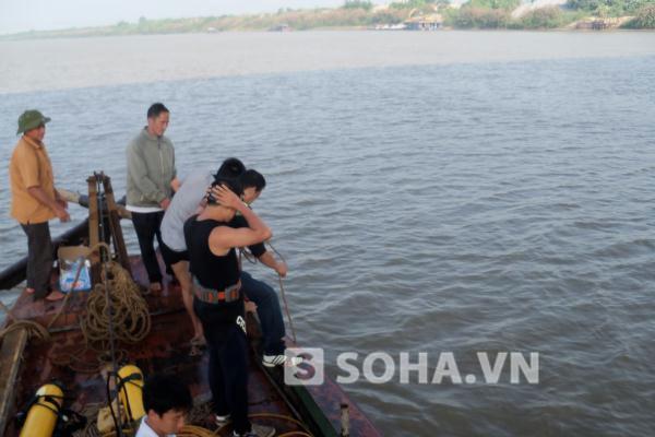 Các thợ lặn chuẩn bị ra mố cầu ở giữa sông.