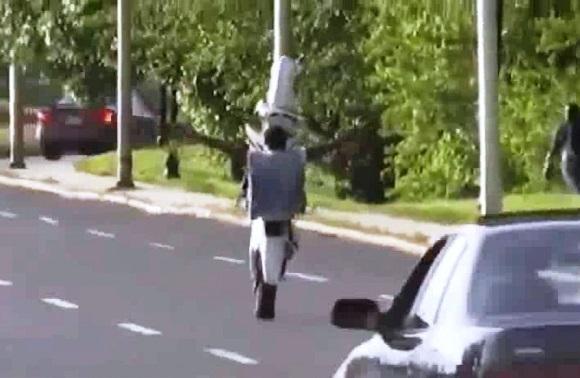 Chạy với tốc độ cao nam thanh niên vẫn thả hai tay (Ảnh cắt từ clip)