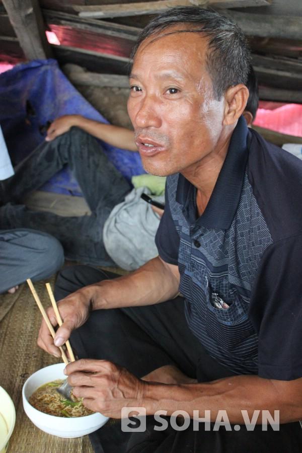Người cha hơn 10 năm bươn trải ngoài thành phố nuôi con học đại học. Bác Nguyễn Hữu Định vui mừng khi nhắc đến hai người con sinh đôi cùng đỗ đại học với điểm số cao.