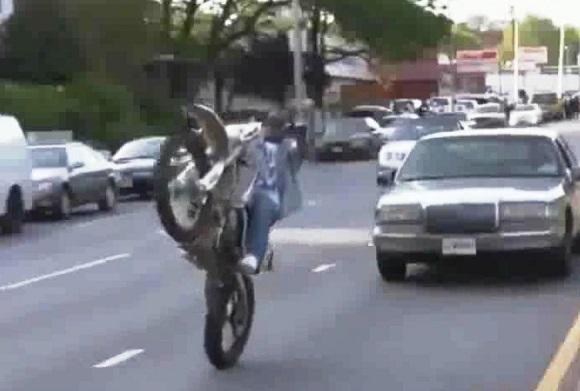 Nam thanh niên bốc đầu lạng lách qua đầu xe ô tô trên phố (Ảnh cắt từ clip)