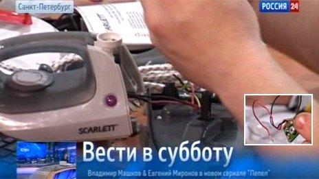 Phóng viên hãng tin Rossiya 24 tháo bàn là Trung Quốc để tìm chip.