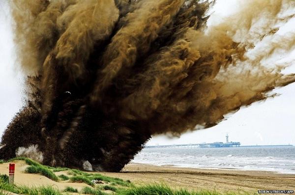 Một quả bom nặng hơn 220kg từ thời Chiến tranh Thế giới thứ 2 được cho phát nổ có kiếm soát tại một bờ biển ở Wassenaar, Hà Lan.