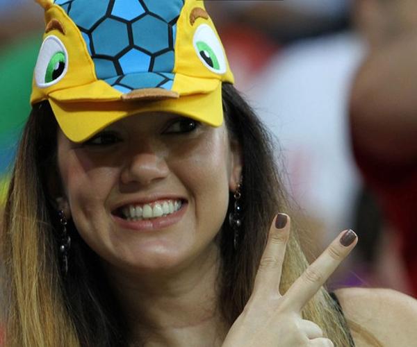 Fan hâm mộ xinh đẹp đội mũ linh vật World Cup 2014 – Fuleco tạo dáng xì-tin trên khán đài sân Pernambuco Arena